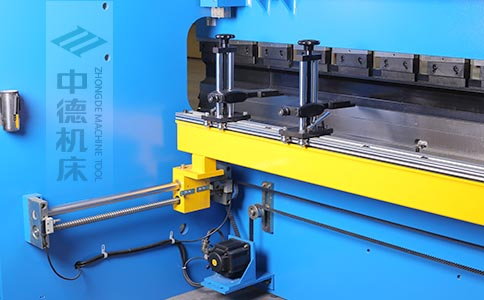 ZDPK-8025高精度滚珠丝杆后档料结构,可调式档指,手摇升降,可适应不同模具;横梁双线轨设计,零游隙.jpg