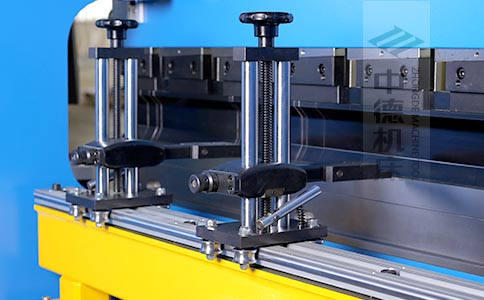 ZDPK-8025可调式档指,手摇升降,可适应不同模具;横梁双线轨设计,零游隙.jpg